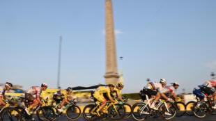 Le Slovène Tadej Pogacar, avec son maillot jaune, vainqueur du Tour de France, à Paris, le 20 septembre 2020