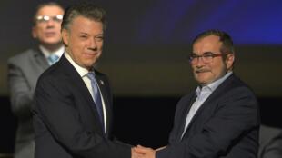 Juan Manuel Santos y Rodrigo Londoño firmaron en el Teatro Colón de Bogotá por segunda vez la paz el 24 de noviembre de 2016 (Imagen de archivo).