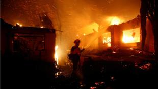 Los bomberos combaten las llamas durante la noche, en un incendio forestal que quemó decenas de hogares en Thousand Oaks, California, el 9 de noviembre de 2018.
