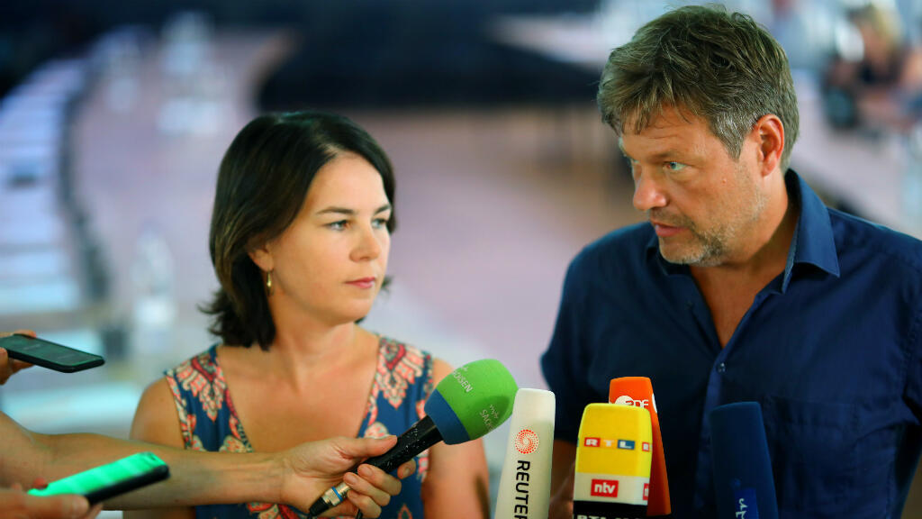 Los dirigentes de los Verdes, Robert Habeck y Annalena Baerbock, en declaraciones a la prensa tras una reunión en Dresden el pasado 26 de agosto