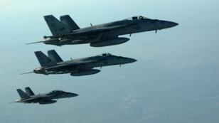 Des chasseurs américains de la coalition survolant l'Irak en septembre 2014.