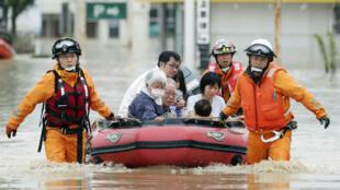 Los residentes locales son evacuados de una zona inundada en un hospital en Kurashiki en la Prefectura de Okayama, Japón. 8 de julio de 2018.