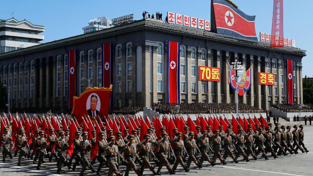 Los soldados marchan con el retrato del fundador de Corea del Norte, Kim Il Sung, durante un desfile militar que marca el 70 aniversario del régimen, el 9 de septiembre de 2018.