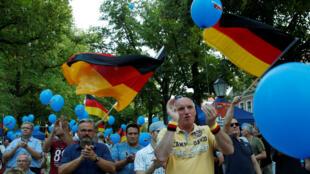 Seguidores del partido Alternativa para Alemania (AfD) aplauden en el cierre de campaña del partido, el pasado 30 de agosto en Koenings Wusterhausen