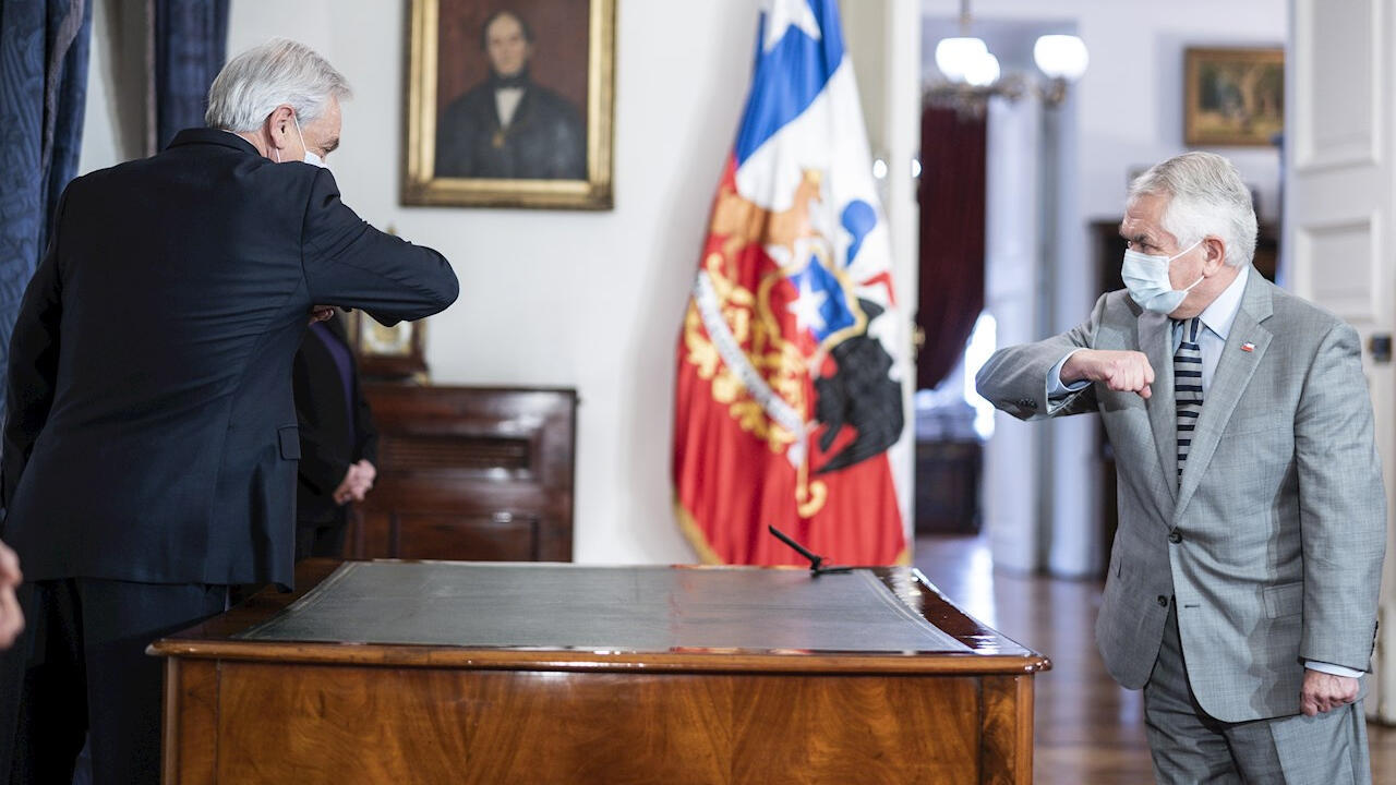 El presidente de Chile, Sebastián Piñera, saluda al nuevo ministro de Salud, Enrique París, durante la posesión de este el 13 de junio de 2020.