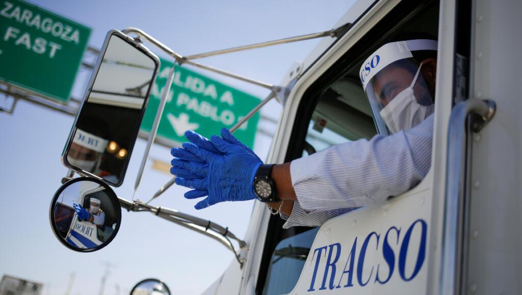 Un conductor de camiones pasa por uno de los controles en el puente Zaragoza-Ysleta, en Ciudad Juárez, en México, el 30 de abril de 2020.