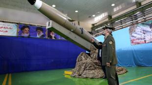 """Le ministre de la Défense iranien, Amir Hatami, devant la nouvelle génération de missiles courte portée """"Fateh Mobtin"""", le 13 août 2018 à Téhéran."""