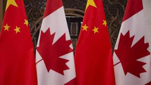 أعلام كندية وصينية قبيل اجتماع رسمي في بكين في 5 كانون الأول/ديسمبر 2017