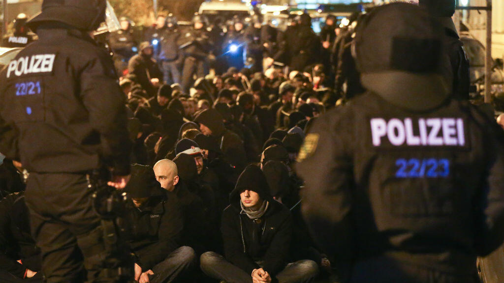 Plus de 200 manifestants liés à l'extrême droite ont été arrêtés à Leipzig, en Allemagne.