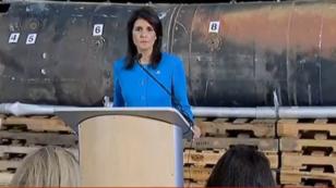 السفيرة الأمريكية لدى الأمم المتحدة نيكي هايلي في مجلس الأمن 14 كانون الأول/ديسمبر 2017، أمام ما أعلنت أنه بقايا صاروخ أطلقه حوثيون على السعودية.