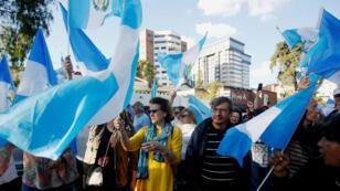 Decenas de personas acuden con banderas a la sede de la Cicig para celebrar la decisión que hizo la entidad de pedirle a su personal que abandone el país. 8 de enero de 2019