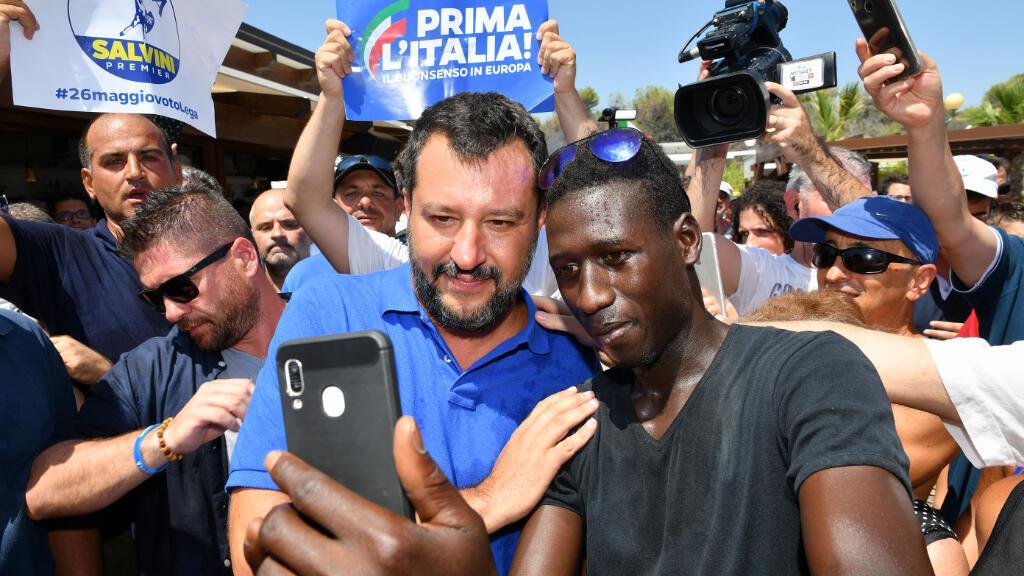 """El viceprimer ministro de Italia, Matteo Salvini, posa para una foto con un simpatizante durante su gira electoral """"Italian Summer Tour"""", en Policoro, al sur de Italia, el 10 de agosto."""
