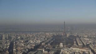 Le ciel de la capitale française sous une couche de particules fines polluant l'air, le 5 décembre 2016.