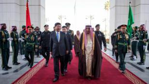 Le président chinois Xi Jinping et le roi Salmane d'Arabie saoudite, mardi 19 janvier 2016, à Riyad.