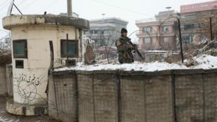 Un soldat afghan à un check-point à Kaboul, près du site d'une attaque-suicide, le 11 février 2020.