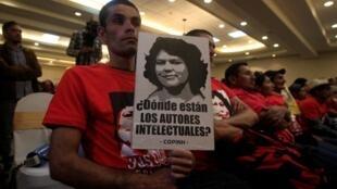 Un hombre sostiene una pancarta pidiendo justicia por la muerte de la ambientalista hondureña Berta Cáceres durante una conferencia de prensa para presentar los detalles de la investigación en Tegucigalpa, Honduras, el 31 de octubre de 2017.