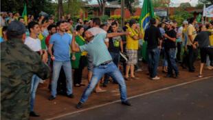 Des opposants à l'ancien président Lula vise sa caravane avec des œufs dimanche, dans le sud du Brésil.