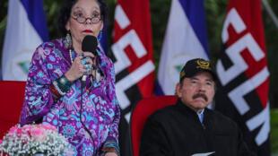 El presidente nicaragüense Daniel Ortega (D) escucha a su esposa y vicepresidenta Rosario Murillo, durante el 41º aniversario del Ejército de Nicaragua, en la Plaza de la Revolución, en Managua, el 2 de septiembre de 2020