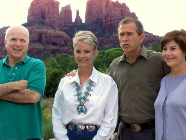 Le candidat du parti républicain George W. Bush et son épouse Laura posent le 13 août 2000 avec John McCain et son épouse Cindy au Red Rock Crossing, dans l'Arizona, deux semaines après les primaires.