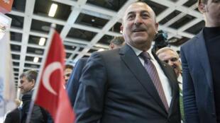 وزير الخارجية التركي مولود تشاوش أوغلو خلال زيارته لجناح بلاده في المعرض الدولي للسياحة في برلين في 8 آذار/مارس 2017