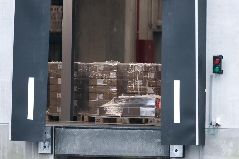 Camiones son cargados en una fábrica de Pfizer en Puurs, Bélgica, donde se están produciendo vacunas Covid-19 para Reino Unido. 3 de diciembre de 2020.