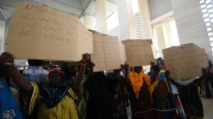 Des proches de victimes de la crise meurtrière de 2010-2011 réclament justice, lundi 29 décembre 2014, à Abidjan.