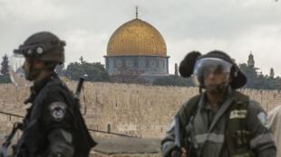 Des forces de sécurité israéliennes surveillent le dôme du Rocher lors de la prière du vendredi le 31 octobre.