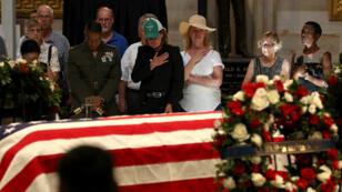 وصول جثمان جون ماكين إلى كاتدرائية واشنطن، 31 أغسطس 2018