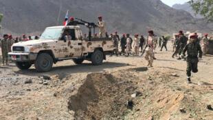 Soldados en el lugar del ataque en un campamento militar de Adén, el 1 de agosto de 2019.