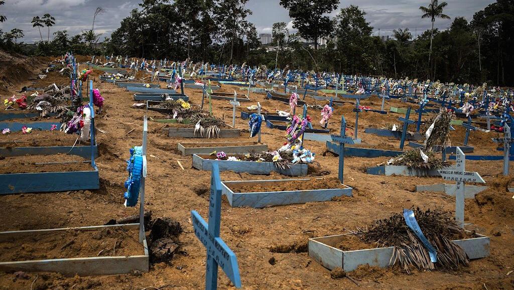Estas son algunas de las nuevas tumbas que se han tenido que cavar en el cementerio Nossa Senhora Aparecida, en la ciudad de Manaos, Amazonas (Brasil), por la cantidad de muertos durante la pandemia del Covid-19.