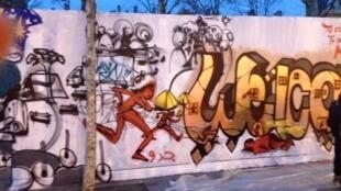"""Un """"mur des exilés"""" a été érigé, dimanche 17 janvier, place de la République, à Paris, pour offrir un espace d'expression aux migrants."""