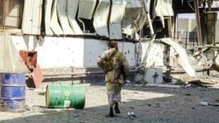 عناصر من القوات اليمنية الموالية للحكومة تسير وسط الدمار في الضواحي الشرقية لمدينة الحديدة في 18 تشرين الثاني/نوفمبر