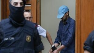 الشرطة تقتاد أحد المشتبه بهم في اعتداءي برشلونة من منزل في ريبول، الجمعة 18 آب/أغسطس 2017