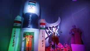 نموذج للمسبار فيكرام بجوار الإله الهندوسي غانيش، إله الرخاء، في أحمد آباد، 6 سبتمبر/أيلول 2019.