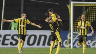 El juvenil Facundo Torres (2 D) celebra su gol en la victoria de Peñarol por 3-0 sobre Colo Colo por el Grupo C de la Copa Libertadores el 29 de setiembre de 2020 en el estadio Campeón del Siglo, en Montevideo
