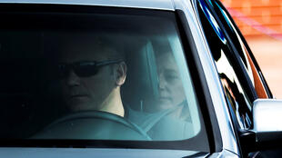 Un automóvil que lleva a Carme Forcadell, presidenta del Parlamento catalán sale de la prisión después de conseguir su libertad bajo fianza.