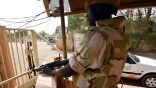 Un militaire nigérien monte la garde à l'entrée d'un hôtel à Niamey, le 20 février 2016.