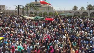 Des manifestants soudanais rassemblés, le 7avril2019, devant le quartier général de l'armée, à Khartoum.
