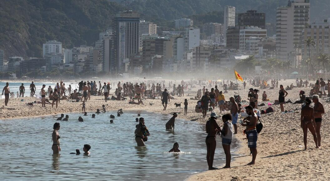 Decenas de personas disfrutan de la playa de Ipanema, en medio del brote del Covid-19, en Río de Janeiro, Brasil, el 9 de agosto de 2020.