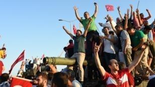 متظاهرون أتراك يحتفلون بفشل محاولة الانقلاب 16 يوليو/ تموز 2016