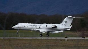 El avión presidencial argelino al momento de su aterrizaje en el aeropuerto de Cointrin en Ginebra, Suiza. 10 de marzo de 2019.