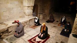 Des fidèles musulmans prient dans une mosquée à Jérusalem, le 27 avril 2020/