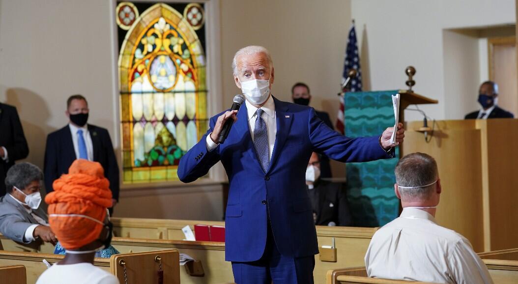 El candidato demócrata a la Presidencia de Estados Unidos Joe Biden habla con un grupo de residentes durante una reunión comunitaria en la Iglesia Luterana Grace, tras una semana de disturbios por el tiroteo contra Jacob Blake. En Kenosha, Wisconsin, Estados Unidos, el 3 de septiembre de 2020.