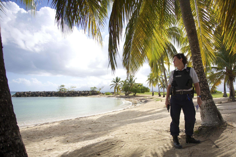 Une policière patrouille sur la plage de Gosier en Guadeloupe, le 20 mars 2020.