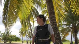 Une policière patrouille sur la plage de Gosier en Guadeloupe, le 20 Mars 2020