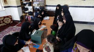 Des Iraniennes, vendredi 29 avril 2016, dans un bureau de vote de Robat Karim, à une quarantaine de kilomètres au sud-ouest de Téhéran.