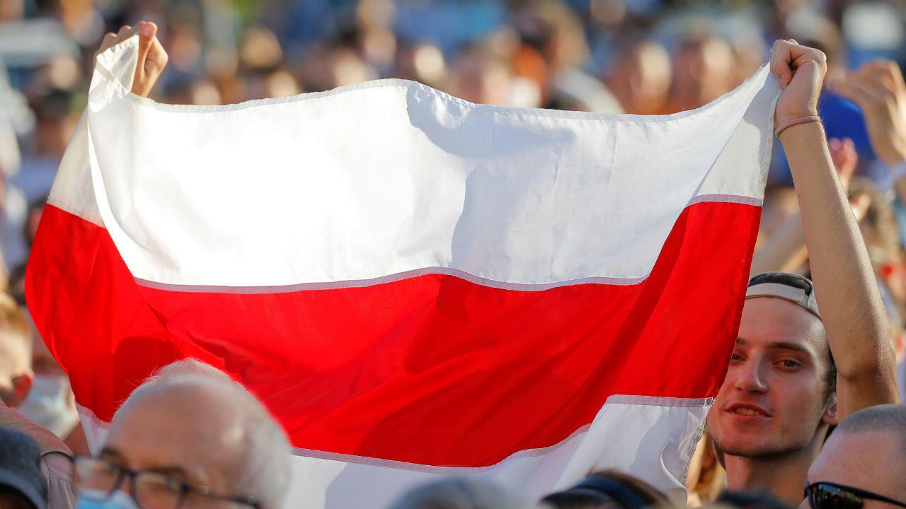 Les partisans de Svetlana Tikhanovskaïa, candidate à la prochaine élection présidentielle et principale opposante du président, défilent lors d'un rassemblement à Minsk, en Biélorussie, le 6 août 2020.