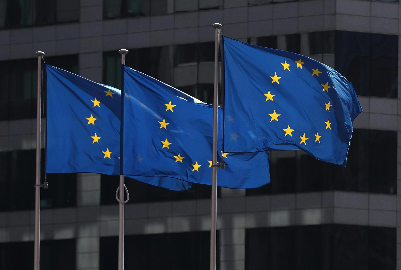 أعلام الاتحاد الأوروبي ترفرف خارج مقر المفوضية الأوروبية في بروكسل، بلجيكا، 10 أبريل/ نيسان  2019.