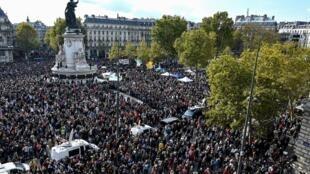مظاهرة غفيرة في باريس احتجاجا على قتل مدرس