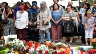 مسلمون من سكان برشلونة يشاركون في تجمع في لارمبلا لتكريم ضحايا الاعتداء الدامي، السبت 19 آب/اغسطس 2017